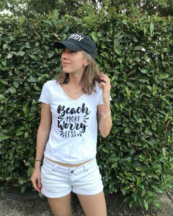 """""""Beach More, Worry Less"""" Camiseta de Algodón Orgánico"""